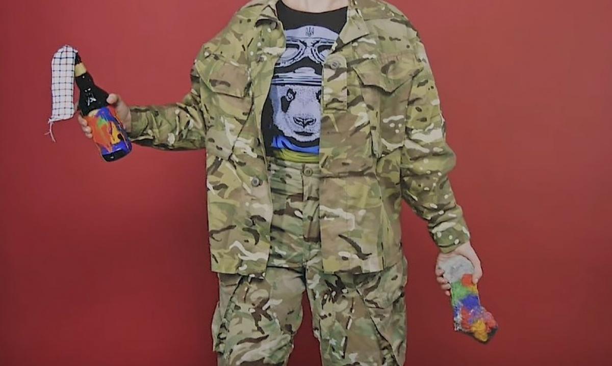 Гомосексуала забирают в армию