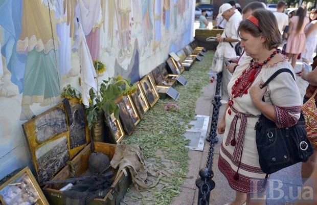 ВКиеве наСофийской площади состоялся молебен попогибшим под Иловайском
