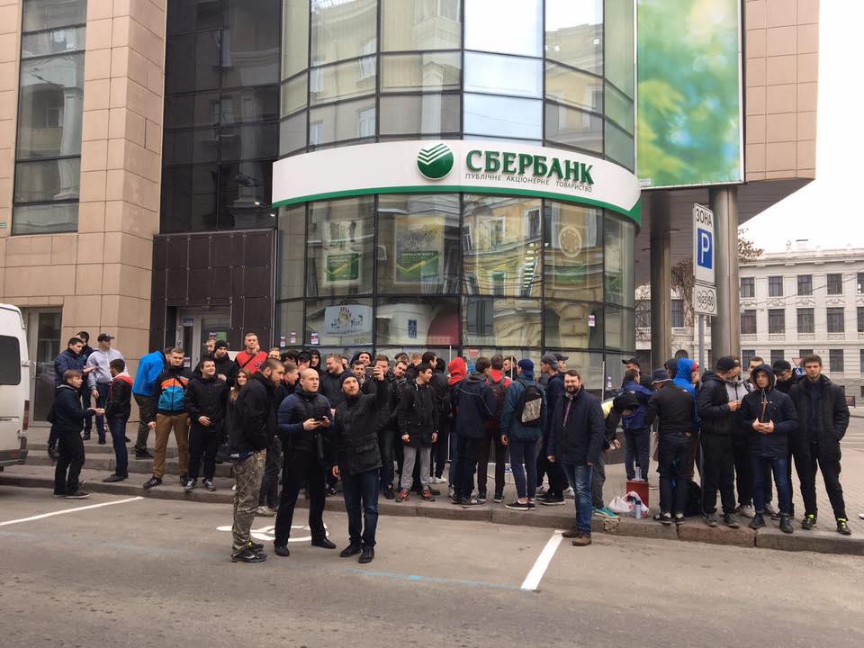 ВХарькове милиция оттеснила националистов отзаблокированного Сбербанка