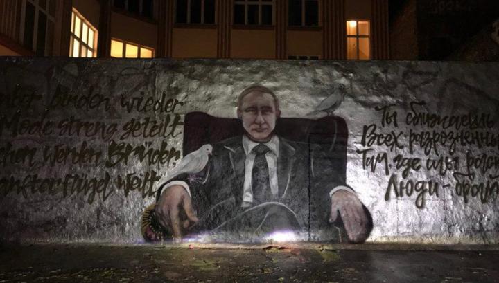Вцентре украинской столицы В. Путина поздравили сднем рождения голой грудью