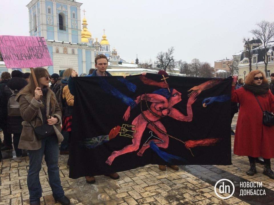 Вцентре столицы Украины проходит марш заправа женщин