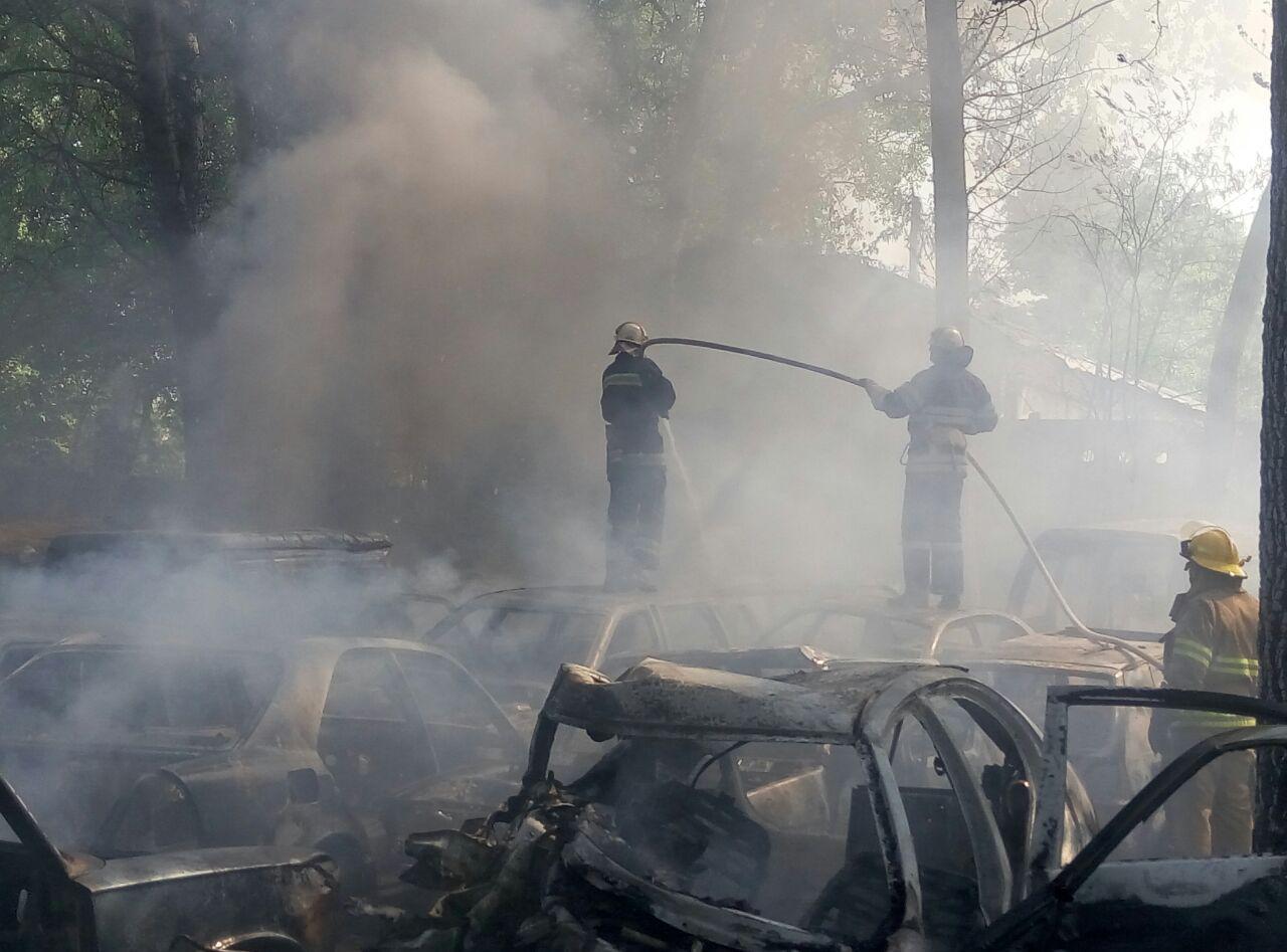 Пожар наавтостоянке украинской столицы: cотрудники экстренных служб утверждают уже о50 уничтоженных автомобилях