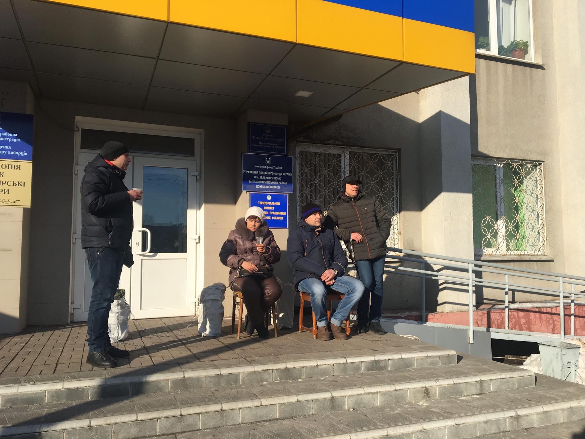 Прикували себе ланцюгами до каністр з бензином: протести гірників на Донбасі набирають обертів