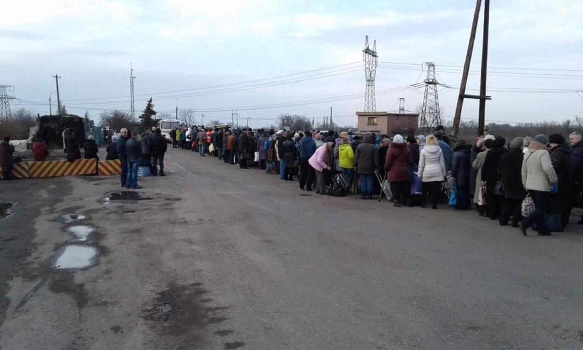 Боевики непропускают людей итранспорт через собственный блокопост в«Гнутово»