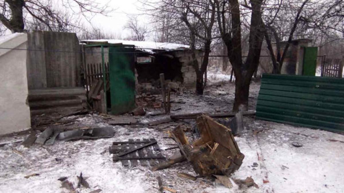 В итоге обстрела боевиками Авдеевки разрушен дом здешней жительницы