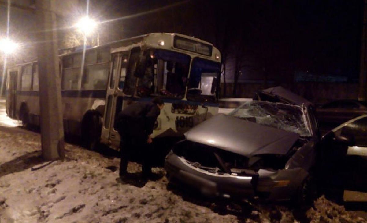ВМариуполе полицейский въехал втроллейбус