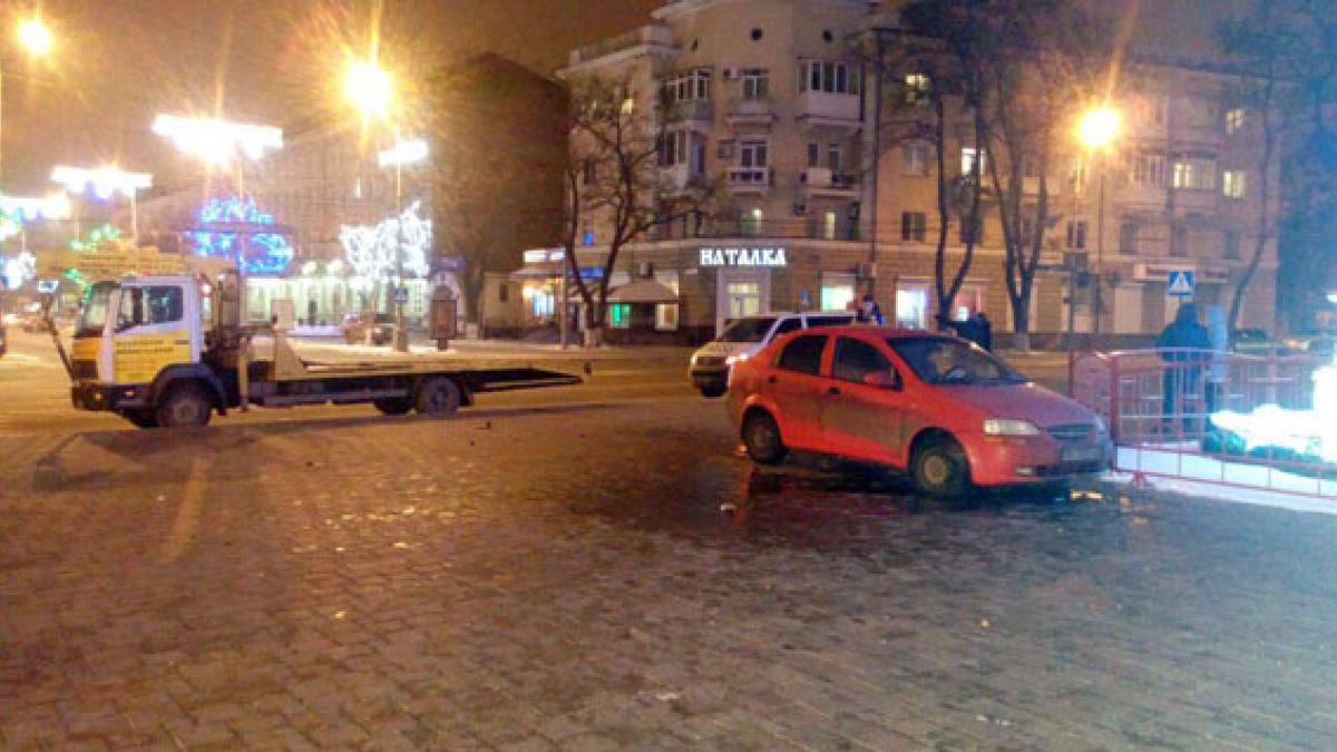 ВМариуполе нетрезвый полицейский едва неснес своим авто главную городскую елку