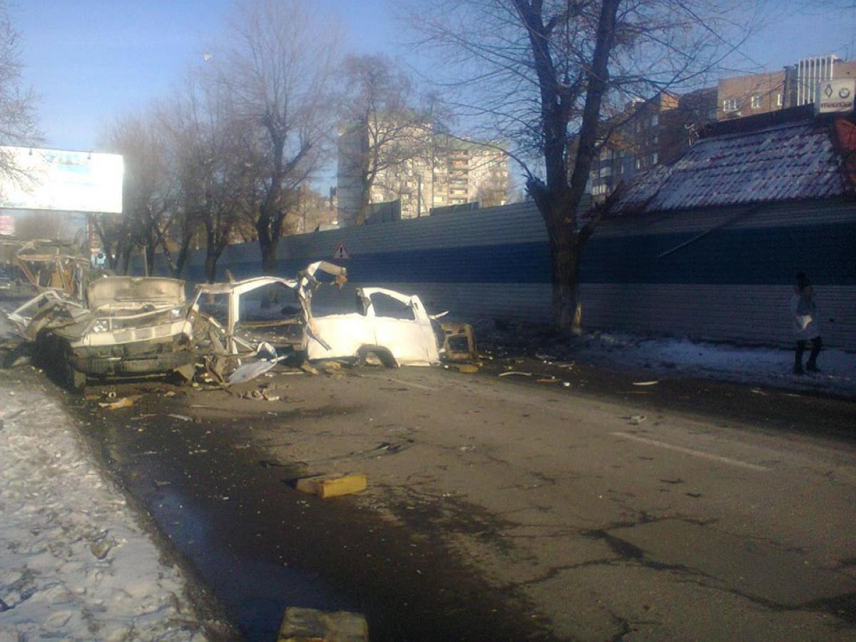 ВДонецке мощнейший взрыв уничтожил припаркованный микроавтобус