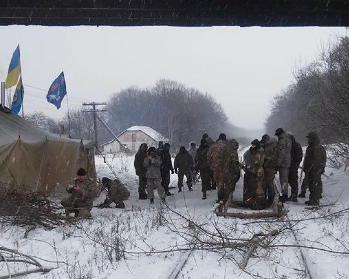 Ветераны добробатов заблокировали железную дорогу вЛуганской области Семенченко
