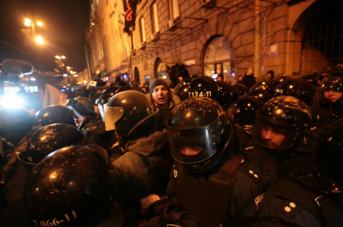 Вцентре столицы Украины проходит марш участников «блокады Донбасса»— Слышны взрывы петард