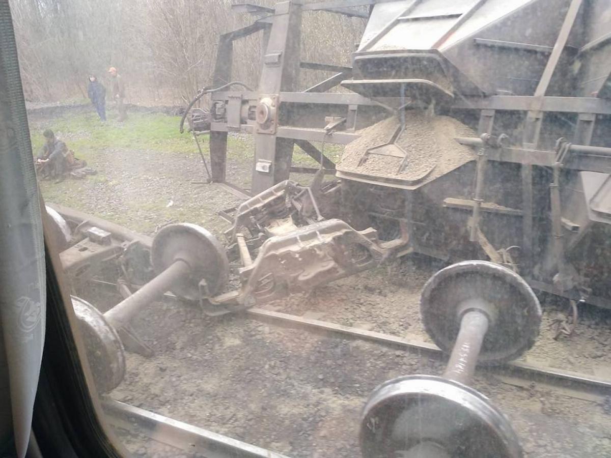 Под Мариуполем жд-авария: грузовой состав сошел срельсов