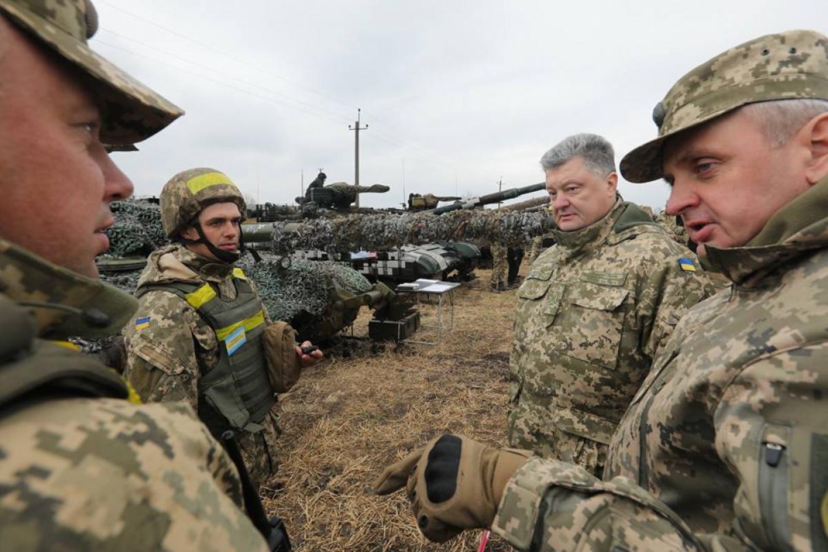 Порошенко: Все танковые подразделения взоне АТО находятся вбоевой готовности