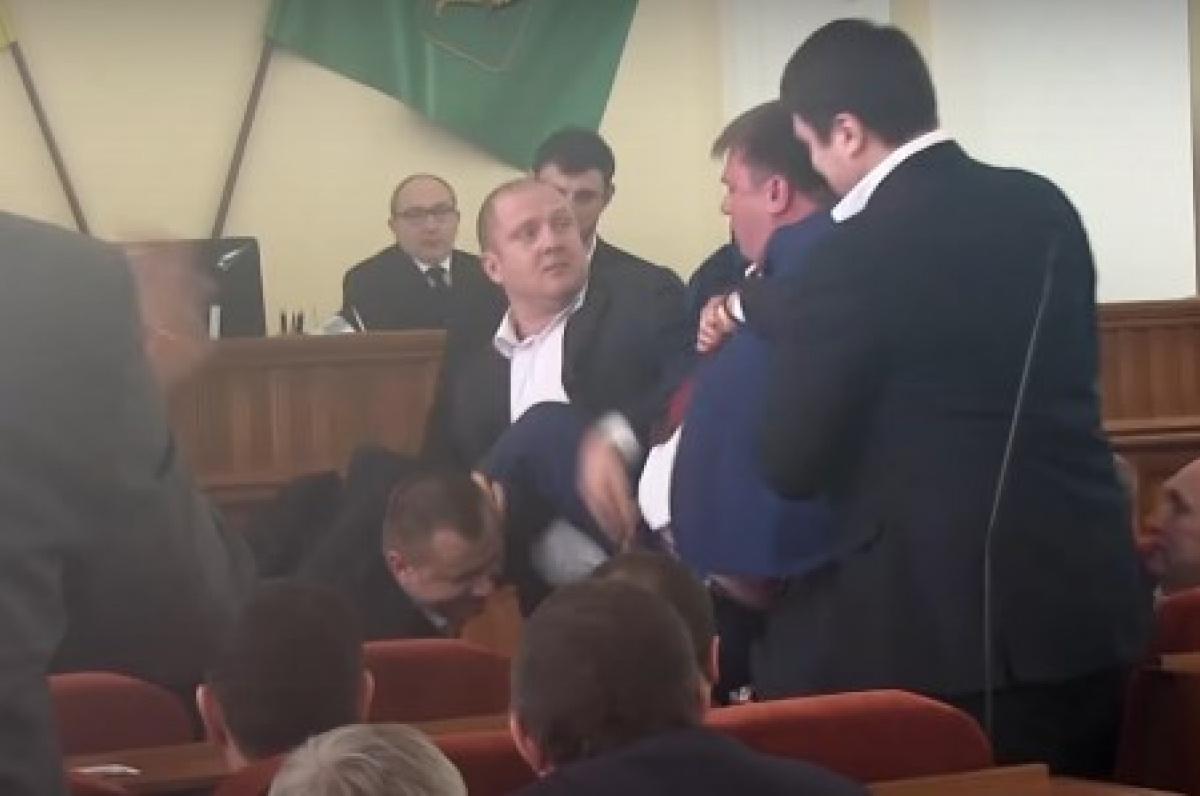 Охрана Кернеса вышвырнула иззала Харьковского горсовета соратника Медведчука