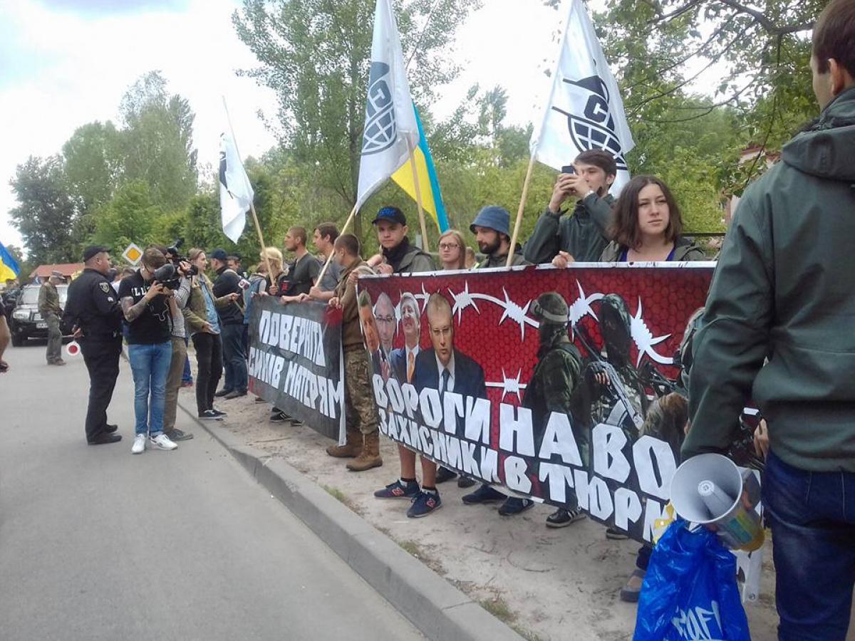 80 машин националистов едут кдому Порошенко требовать амнистии