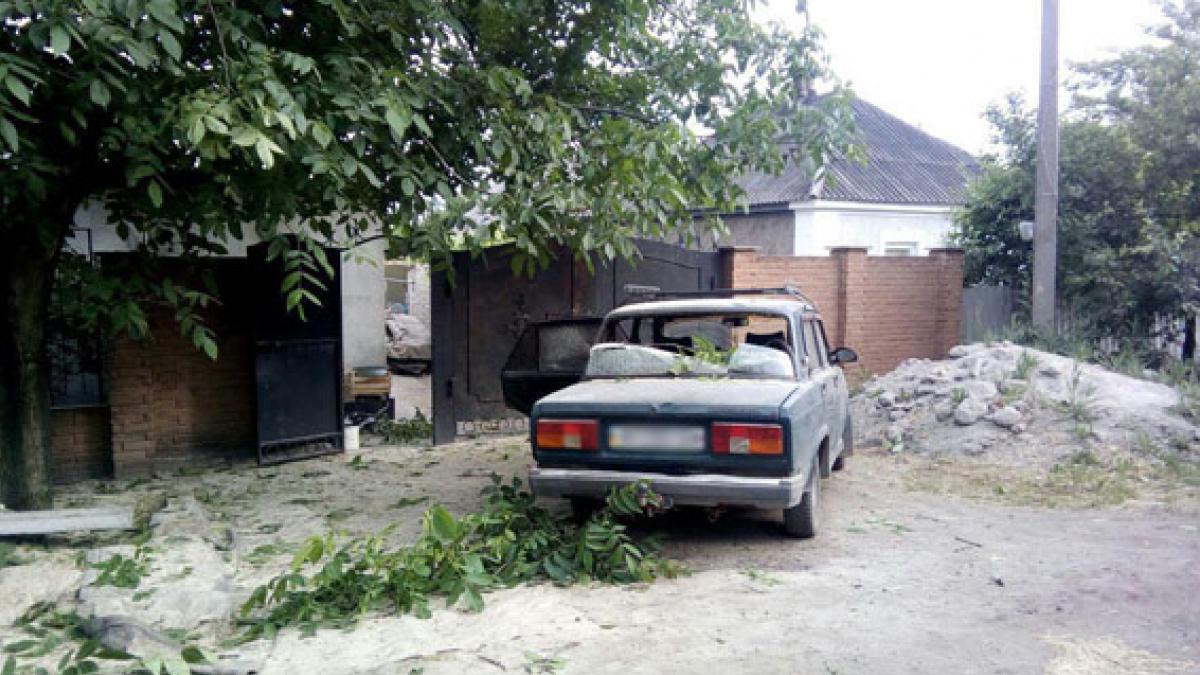 ВАвдеевке в итоге взрыва снаряда разрушен дом иавтомобиль
