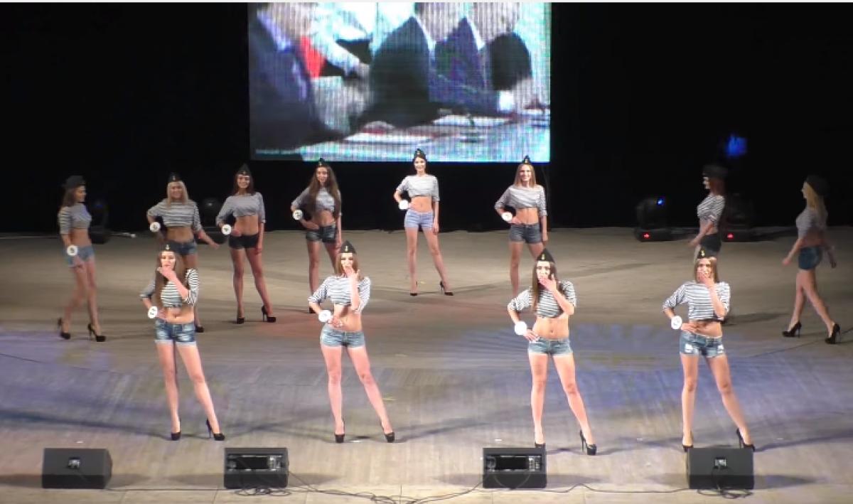 Конкурсантки «Мисс ЛНР» дефилировали под речь В.Путина иконцерты вКрыму