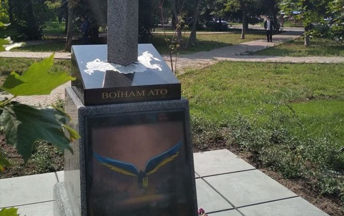 Меч, пронзающий карту РФ: вгосударстве Украина открыли странный монумент