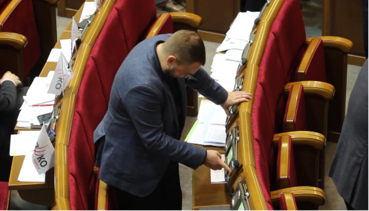 Кнопкодавство вРаде: Лозовой проголосовал зашестерых нардепов