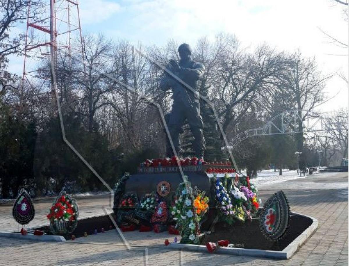 ВЛНР поставили монумент русским добровольцам— Донбасс