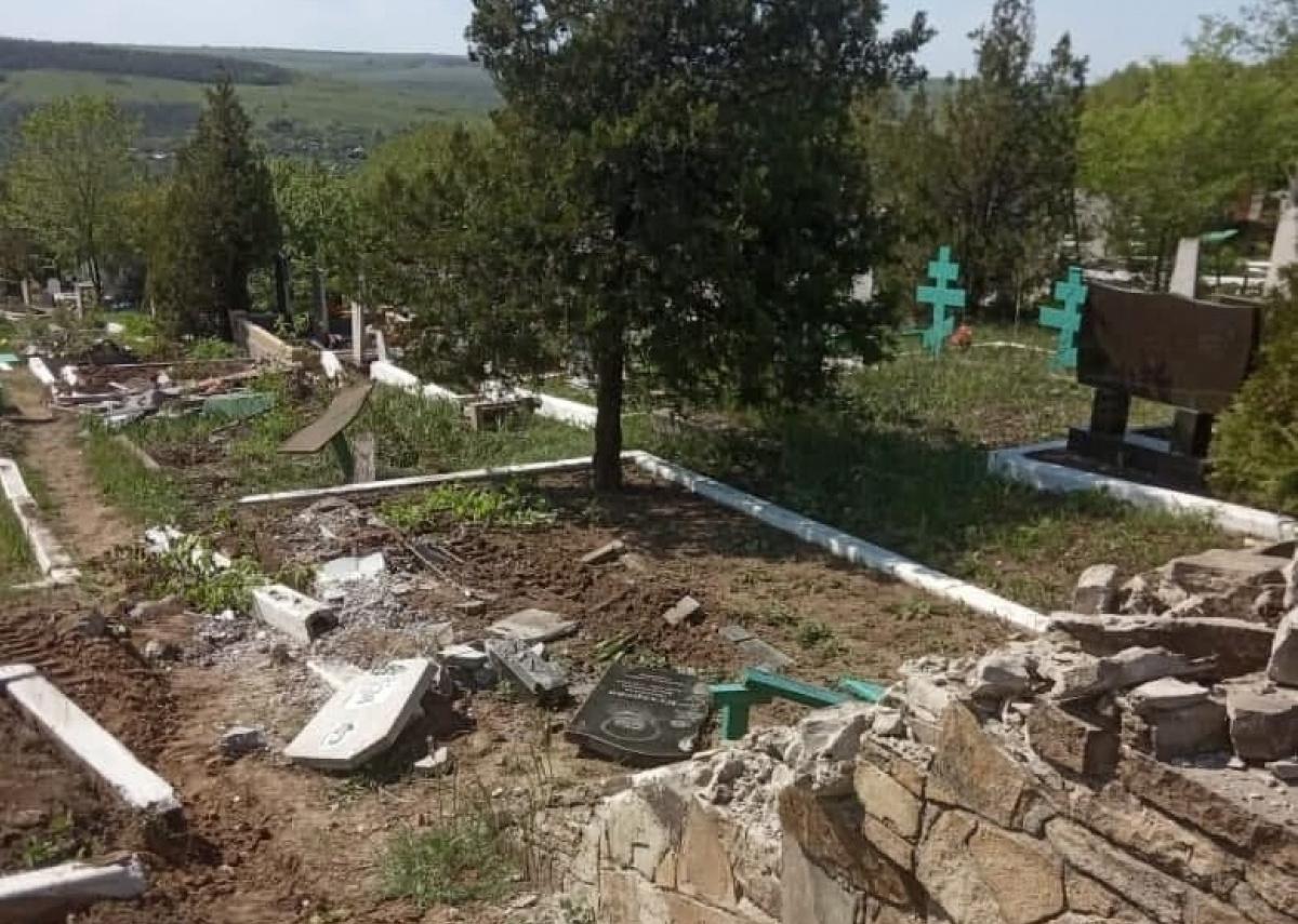 По кладбищу в Перевальске проехала военная техника боевиков / Фото из соцсетей